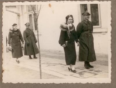 Lata 30. Spacer żołnierskich rodzin w Hrubieszowie