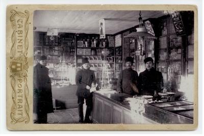 1907-1908. Pierwsza dekada 20 w. Solwyczegock w Rosji. Piotr Du Chateau w sklepie