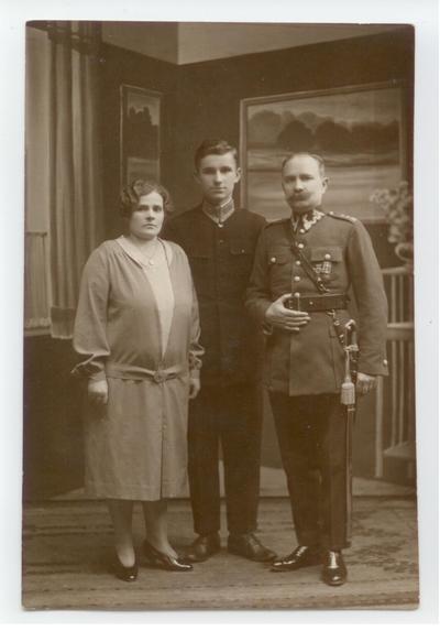 26.04.1931. Fotografia rodzinna w atelier