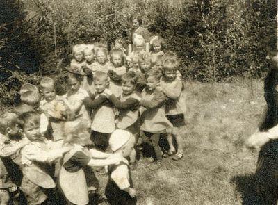 1 lipca 1959. Dzieci z węglinieckiego przedszkola podczas zabawy