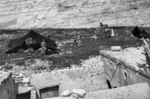 Lager von Kurden , Am Fuße Burgfelsen