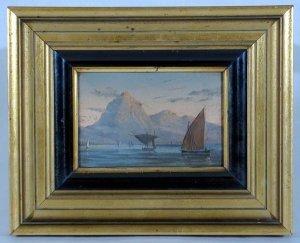 Fischerboote vor Felsenküste