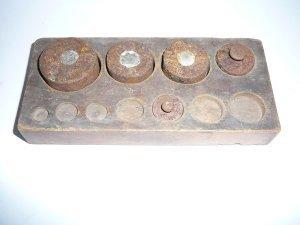 Gewichteset im Holzbehälter