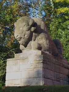 Wisente (rechte Skulptur)
