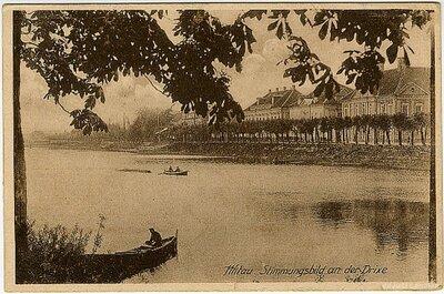 Jelgava. Skats uz ēkām Čakstes bulvārī, agrākā Upes ielā, Driksas krastā