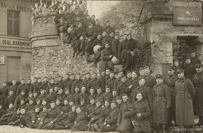 Latvijas armijas karavīri pie Pulvertorņa