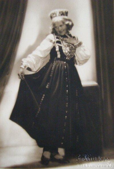 Meitene tautastērpā
