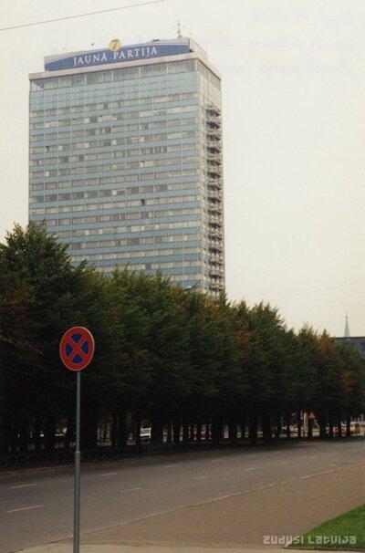 Rīga. Brīvības bulvāris un viesnīca Latvija