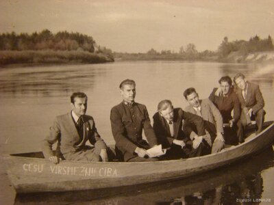 Cēsis. Cilvēku grupa laivā