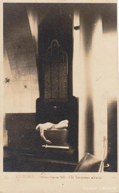 Piemiņas plāksne un piemineklis Uz Tēvzemes altāra Rūjienas luterāņu baznīcā