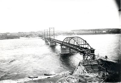 Ķeguma spēkstacijas tilta metāla konstrukciju montāžas darbi . 1937.gada 15.aprīlis