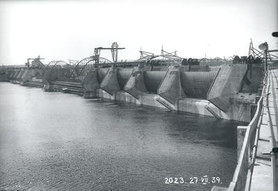 Ķeguma spēkstacijas aizsprosts un aizvari ūdenskrātuves pusē. 1939.gada 27.jūlijs