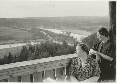 Cēsis. Iza Artmane ar māsu Gitu skatu tornī
