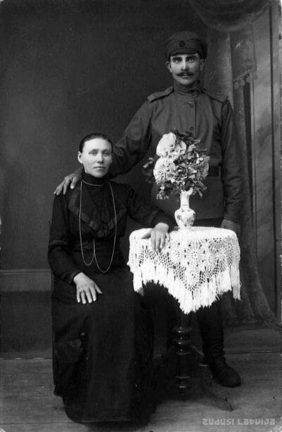Neatpazītas sievietes un vīrieša portrets