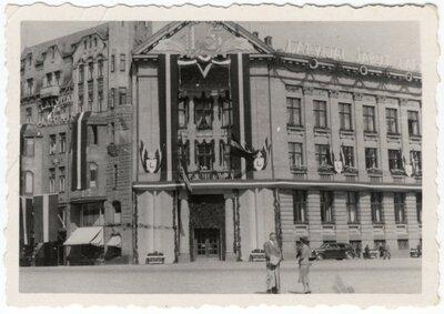 Rīga. Bankas ēka Doma laukumā 8 Vienības svētku rotājumā