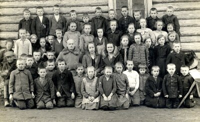 Arvīds Blāķis un Vera Blāķe ar skolēniem