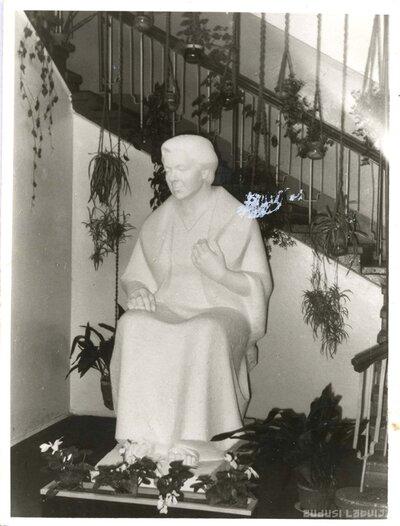 Annas Sakses statuja Lejasciema vidusskolā