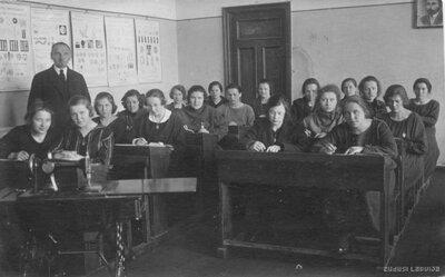 Cēsu pilsētas sieviešu neoģimnāzijas 4 a klases skolnieces