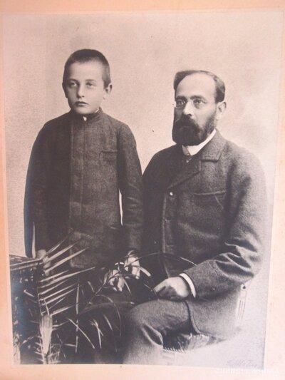 Neatpazīta zēna un vīrieša portreti