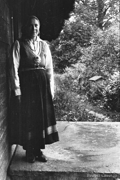 Sieviete Krotes novada tautas tērpā