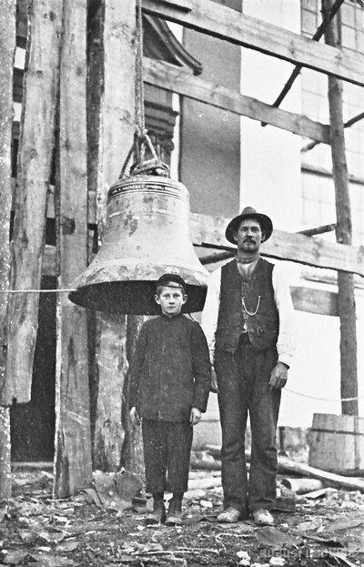Amatnieks Jānis Bērziņš ar dēlu Lēdurgas baznīcas remonta laikā