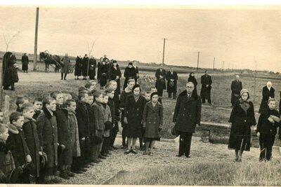 Garozas skolas skolēni pie Vareļu pieminekļa
