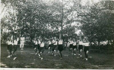 Garozas skolas skolnieces sporta stundā