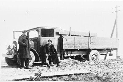 J. Jurjāns pie kravas automašīnas