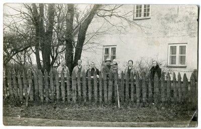 Zaļaiskalns ģimene pie Seķu muižas dzīvojamās ēkas