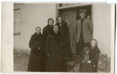 Zaļaiskalns ģimene pie Seķu muižas fasādes durvīm