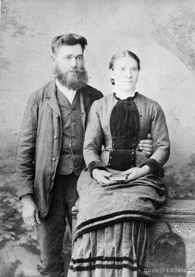 Tirzas veikala īpašnieks J. Jērums ar sievu Mariju