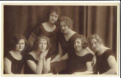 Neatpazītu sieviešu portrets