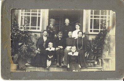 Neatpazītas ģimenes portrets