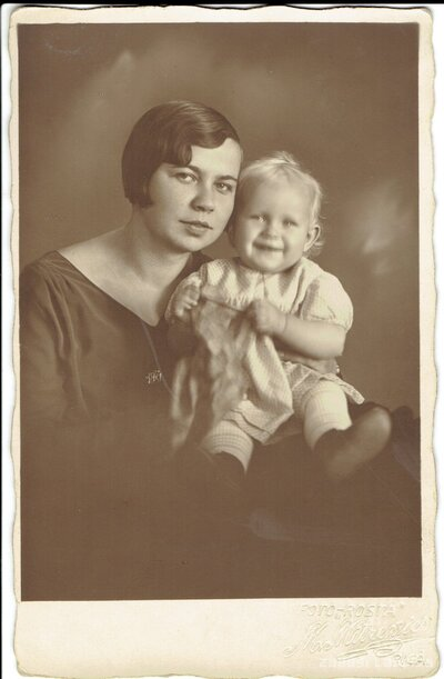 Neatpazītas sievietes un bērna portrets
