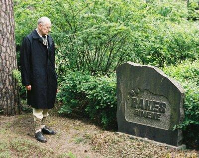 Oļģerts Tālivaldis Auns pie Rakes ģimenes kapa