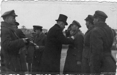 Virsseržants Jānis Reingolds tiek apbalvots ar Lāčplēša Kara ordeni