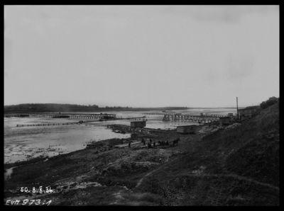 Pirmā pagaidu koka tilta būve pār Daugavu Ķegumā, spēkstacijas būvvietā. 1936.gada 8.oktobris