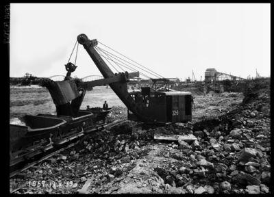 Ekskavators Ķeguma spēkstacijas plostu ceļa kanāla rakšanas darbos. 1939.gada 19.maijs
