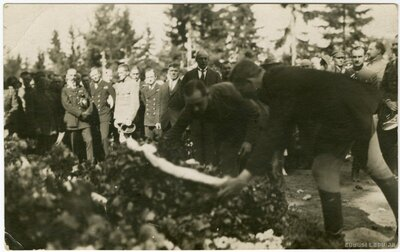 Ziedu nolikšana pulkveža Oskara Kalpaka piemiņas vietā
