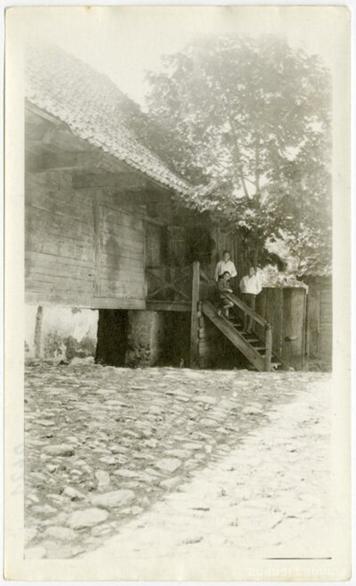Kuldīga. Bērni uz kāpnēm pie koka ēkas