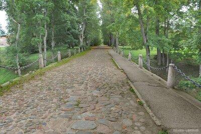 Kazdangas muižas parka aleja ar tiltu