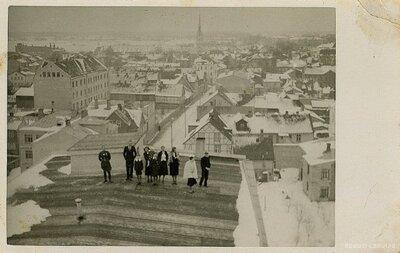 Jelgava. Grupas foto uz ugunsdzēsēju nama jumta