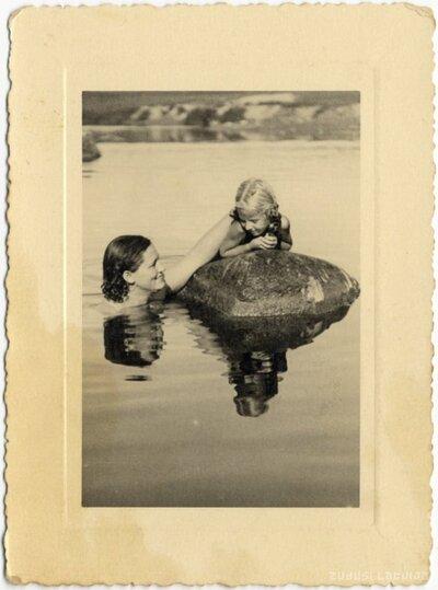 Ogres pagasts. Sieviete un meitenīte pie akmens Ogres upes vidū pie Dimdoņiem