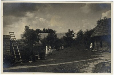Rembates pagasts. Sievietes Ogresziedu māju pagalmā
