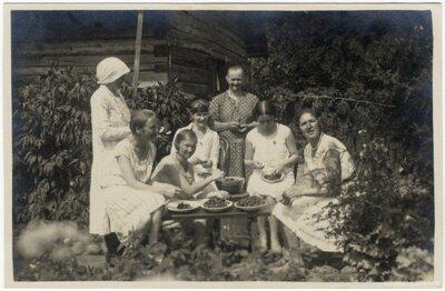 Rembates pagasts. Ogresziedu māju sievietes ar ķiršu ražu