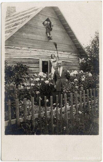 Rembates pagasts. Jautrs fotogrāfēšanās mirklis dārzā pie Ogresziedu mājām