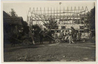 Rembates pagasts. Spāru svētku viesu pajūgi Ogresziedu pagalmā pie jaunbūves