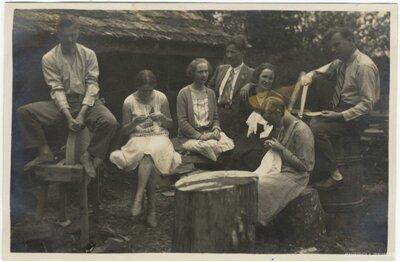 Rembates pagasts. Jauniešu grupa Ogresziedu mājas pagalmā