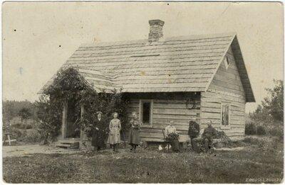 Rembates pagasts. Līgo svētkiem saposusies saime pie Ogresziedu mājām