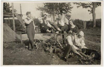 Rembates pagasts. Atpūtas brīdis ar dzērieniem un patafona mūziku pie Ogresziedu jaunbūves